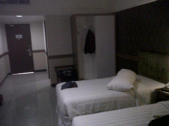 Amarelo Hotel Solo: spacy room but a bit dark