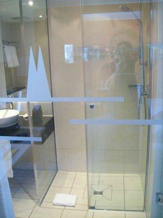 Hotel Lyskirchen : Bad mit Glasabtrennung: Blick auf Dusche (guter Duschkopf!)