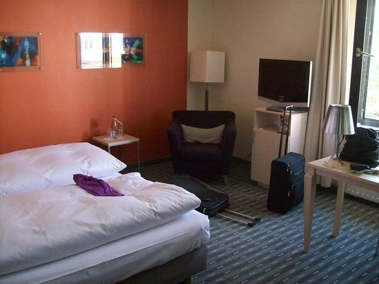 Hotel Lyskirchen : Blick ins Zimmer von Zimmertür aus, rechts davon befindet sich noch ein Schreibtisch
