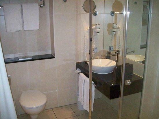 Hotel Lyskirchen : Bad: Blick auf Waschbecken, Toilette liegt links unterhalb der Handtücher