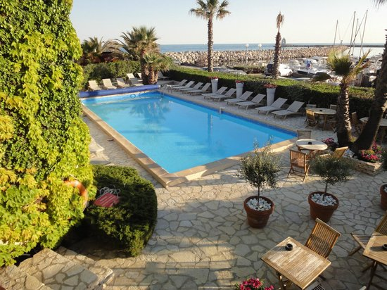 Hotel Azur: la piscine vue de la chambre