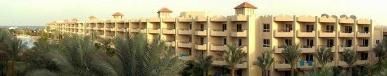 Amwaj Blue Beach Resort & Spa : Почти все номера выходят боком на море. С 3го этажа его видно точно!