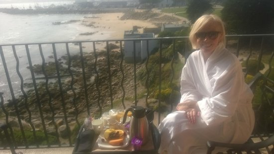 Monterey Bay Inn: Breakfast served to the room, enjoyed at the balcony
