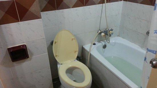 A A Pattaya Hotel: バスルーム 湯量も問題なし