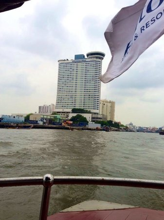 Millennium Hilton Bangkok: View towards the hotel from the free shuttle boat