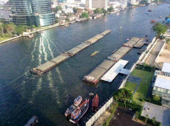 Millennium Hilton Bangkok: Nice view and reflecting sun on the Chao Praya River