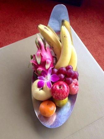 Millennium Hilton Bangkok: Fresh fruits in the room