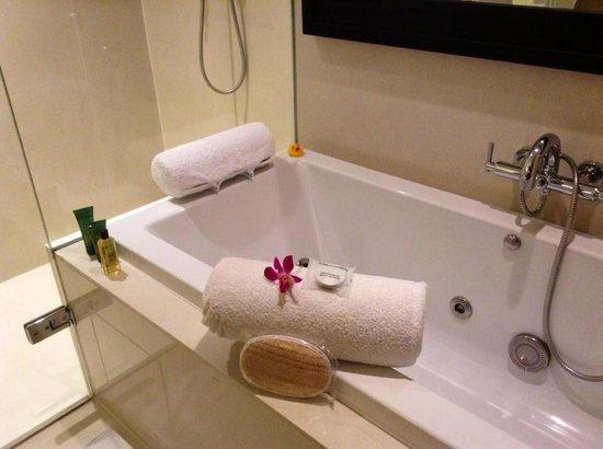 Millennium Hilton Bangkok: Nice bathtub