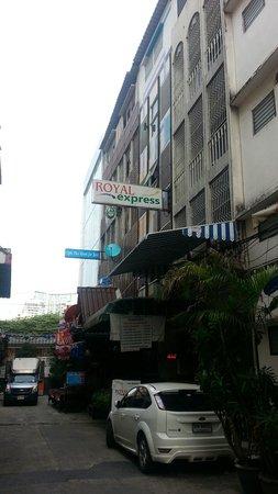 Royal Express Inn Bangkok : ナナ駅から歩いてすぐ。夜はわかりにくい