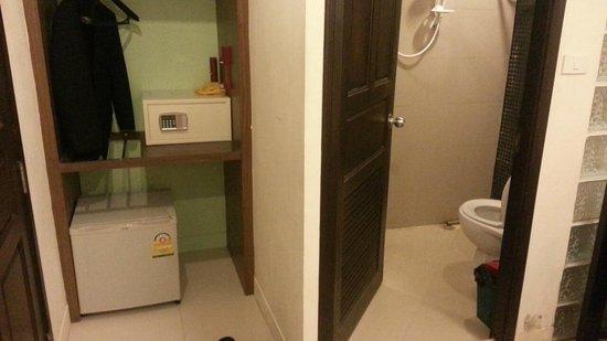 Royal Express Inn Bangkok: 部屋には貴重品入れがあるが、使用法は教えてくれなかった。