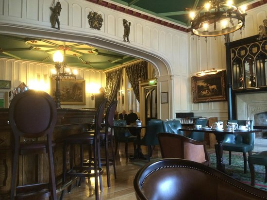 Clontarf Castle Hotel: Knights Bar