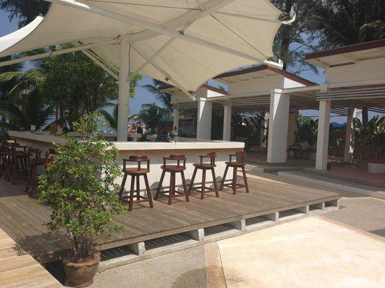 Arinara Bangtao Beach Resort: Beach bar with happy hour 5-7