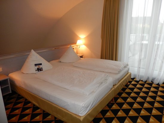 Welcome Hotel Bad Arolsen: Bett im Maisonettebereich (oben) Zi.Nr. 347