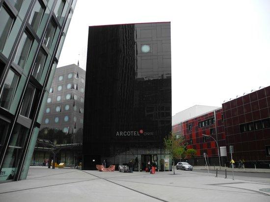 ARCOTEL Onyx: Эффектное здание, но теряется рядом с огромным стеклянным Х-зданием по соседству