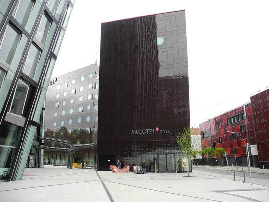 ARCOTEL Onyx: Перед отелем по субботам подымались двери в подземелье - там играют джаз