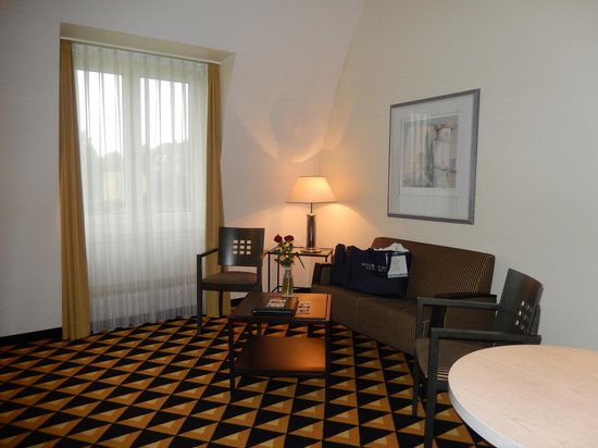 Welcome Hotel Bad Arolsen: Sitzecke im Wohnbereich (unten) Zi.347
