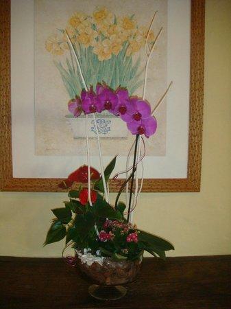 Dom Pedro Marina: Hotel lobby lovely fresh flowers.