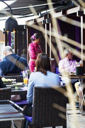 Restaurant Samui-Thai : Terrasse Gäste und Bedienung
