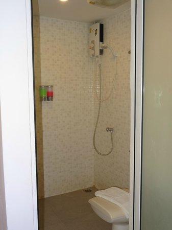 Nantra Ploenchit Hotel: トイレ、シャワー