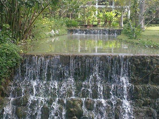 Santi Resort & Spa: cours d'eau qui passe dans l'hôtel