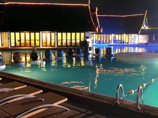 Club Med Phuket : Main pool at night