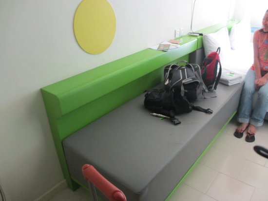 POP! Hotel Sangaji Yogyakarta : Room Bench, comfy can fir extra 1 person