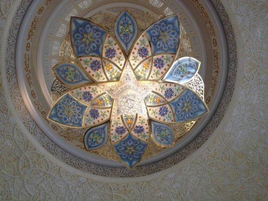 Mezquita Sheikh Zayed: Artwork inside the mosque