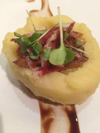 Nu Restaurant: 5.Huevo frito dentro de una patata pequeña con ibérico, boletus, alcachofas y aceite de trufa