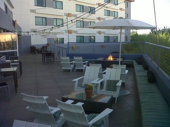 Hotel Indigo Scottsdale: Outdoor terrace just outside the bar area