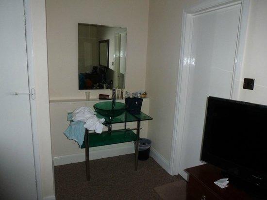 Martel Guest House: Waschbecken im Zimmer