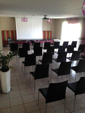 Kyriad Montpellier Sud - Lattes: Salle de réunion - écran géant - kyriad lattes