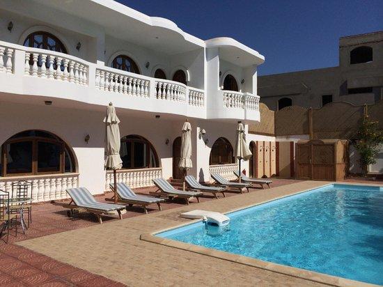 Christina Beach Palace: Die Suiot ist das letzte Zimmer mit dem runden Balkon oben.