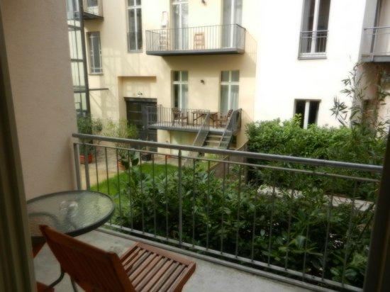 Schoenhouse Apartments : Amplio balcon