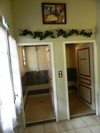 Gite Azkorria : Douches côté dortoir