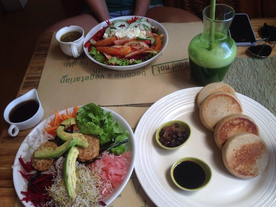 Earth Cafe & Market: Dragon Bowl, Green Earth Salad, Buckwheat Pancakes and the Ultimate Green Juice