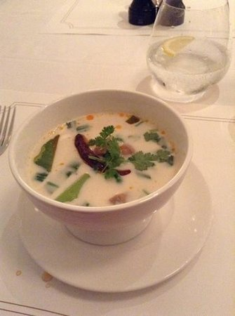 Oriental Residence Bangkok: Very spicy chicken soup!