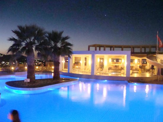 CHC Athina Palace Resort & Spa : Piscine de nuit