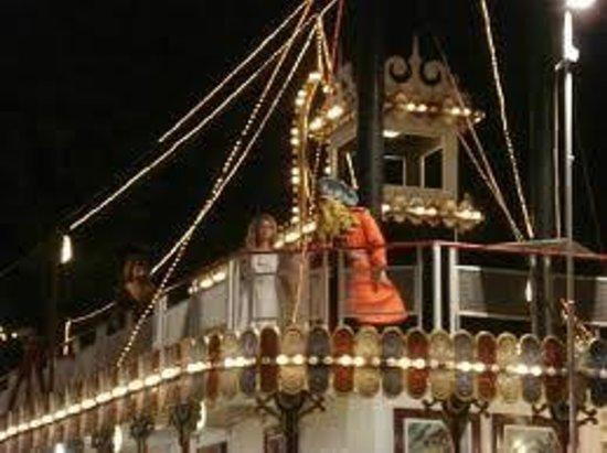 Tivoli World: Barco à noite