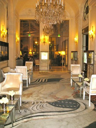 Restaurant le Meurice Alain Ducasse : From the back of the entrance, you can enjoy fine music as well!