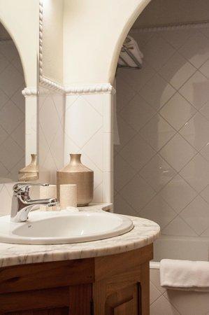 Ca'n Quatre Finca-Hotel: bathroom junior suite