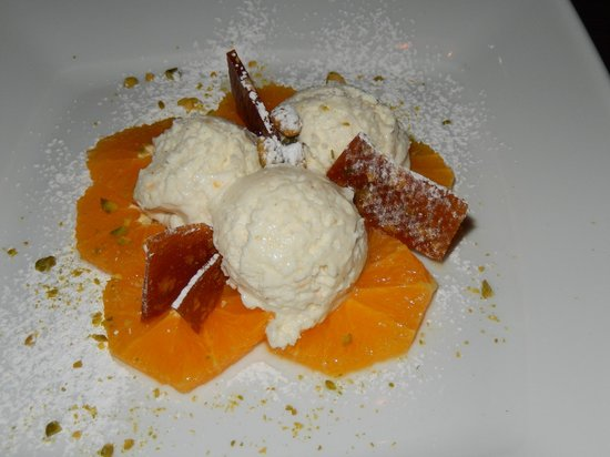 Limette: Joghurt-Mousse auf Orangensalat und Pistazienkrokant