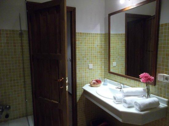 Hotel Plaza de Toros de Almaden: Lavabo y amenities