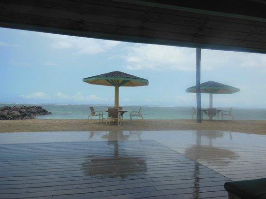 Nisbet Plantation Beach Club : Tropical rain
