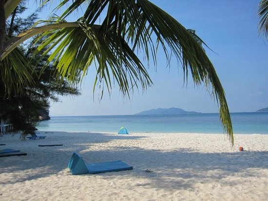 Alang's Rawa : beach in front of rooms