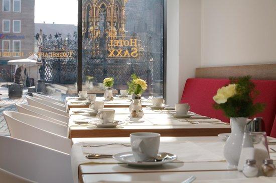 Sorat Hotel Saxx: Frühstücksrestaurant mit Blick auf den Schönen Brunnen