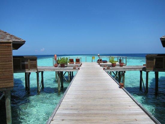 Vilamendhoo Island Resort & Spa : sunset deck