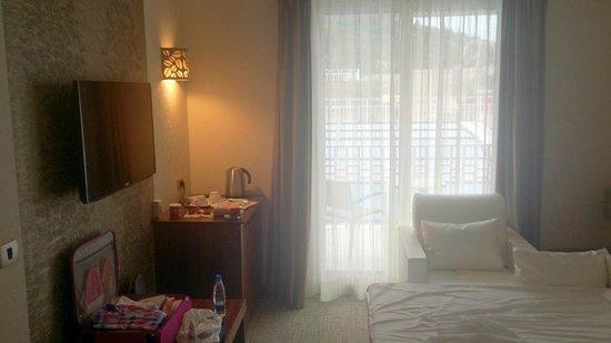 Grand Hotel Portorož: hotel room - living room