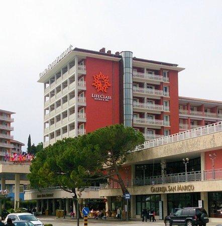 Grand Hotel Portorož: view to hotel from sea side