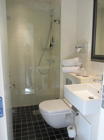 First Hotel Mayfair: Compact shower room