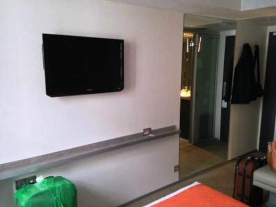 Hotel du Cadran Tour Eiffel : Televisor